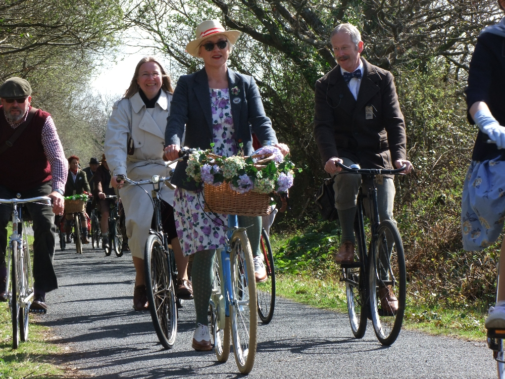 Ladies and Gentlemen of the 7th Velo Vintage run on the Tarka Trail